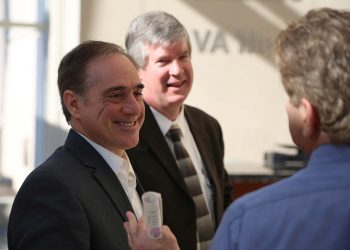 Image of Dr. Shulkin visiting the Orlando VA Medical Center